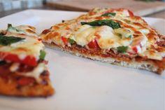 Que l'on soit grand ou petit, on aime tous la pizza. Mais depuis que nous sommes en confinement, toujours la commander du resto peut devenir coûteux et lorsque l'on se retrouve devant les pizzas congelées à l'épicerie, j'ignore ce que vous trouvez de votre coté mais dans mon quartier, les pizzas congelées se vendent comme […] Pizza Naan, Sauce Tomate Pizza, Vegetable Pizza, Quiche, Pasta, Vegetables, Breakfast, Sauces, Comme