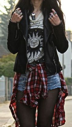 Ways to Wear Chic Grunge Outfits in Spring Grunge fashion is based on the grunge music scene. Grunge outfits are mostly comfortable, dirty, ripped, plaid and heavily steeped in flannel. Grunge Style Outfits, Outfits Casual, Mode Outfits, Grunge Clothes, Punk Rock Outfits, Punk Rock Clothing, Grunge Shoes, Punk Clothes, Casual Jeans