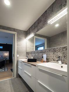 With Penelope LED-luminaires you create elegant and adequate lighting in the bathroom facilities. The luminaire produces smooth and bright light. Penelope LED-valaisimella luot elegantin ja runsaan valaistuksen tilaan. Valaisin tarjoaa kirkkaan ja tasaisen valon.