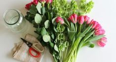 There's nothing sadder than seeing a pretty flower bouquet die after just a few days. Here are 5 easy ways to make fresh flowers last longer! Cut Flowers, Pretty Flowers, Fresh Flowers, Creative Gift Wrapping, Creative Gifts, Wrapping Ideas, Flowers Last Longer, Growing Sweet Potatoes, Diy Gift Baskets