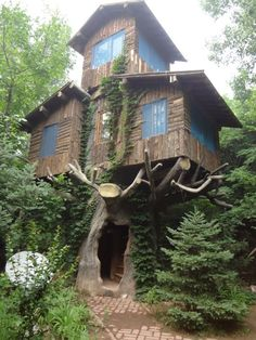 Funny pictures about Three Story Tree House. Oh, and cool pics about Three Story Tree House. Also, Three Story Tree House photos. Cool Tree Houses, Weird Houses, Nice Houses, Dream Houses, Unusual Homes, In The Tree, Big Tree, Cabins In The Woods, Little Houses