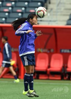 女子サッカーW杯カナダ大会・グループCのエクアドル戦を控え、調整を行う澤穂希(2015年6月14日撮影)。(c)AFP/JEWEL SAMAD ▼15Jun2015AFP|なでしこジャパン、グループC最終戦控え調整 女子サッカーW杯 http://www.afpbb.com/articles/-/3051631 #2015_FIFA_Womens_World_Cup #Japan_womens_national_football_team #Winnipeg #Homare_Sawa #澤穂希
