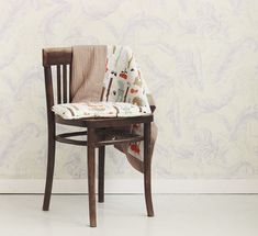 Dwustronny, bardzo delikatny kocyk, z jednej strony mięciutki wafel, z drugiej wzorzysta tkanina bawełniana wysokiej jakości. Wszystko dobrane tak, aby całość tworzyła piękną i spójną kompozycję. Wzór nie tylko przykuwa dziecięcy wzrok, jest również stylowy i designerski. Table, Furniture, Home Decor, Decoration Home, Room Decor, Tables, Home Furnishings, Desks, Arredamento