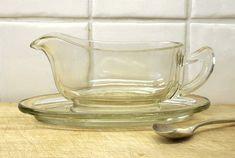 VINTAGE PYREX GRAVY BOAT A vintage clear glass Pyrex gravy boat with saucer, dating from the 1950s. Oven proof. Made in England. Perfect for serving gravy, sauces, custard, cream and milk. Good condition, minor small chips to rim. Length of saucer: 17.5cm (6 7/8 in) length of jug