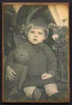 Vintage photo of child and Teddy bear, circa Vintage Children Photos, Images Vintage, Vintage Pictures, Vintage Photographs, Old Pictures, Children Pictures, Pretty Pictures, Old Teddy Bears, Antique Teddy Bears