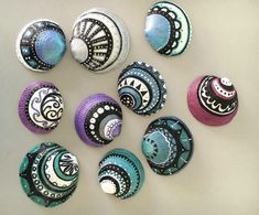 Get inspired with 20 painted sea shell crafts and shell designs. It's easy to decorate your favorite shells and turn them into beautiful shell art. Seashell Painting, Seashell Art, Seashell Crafts, Beach Crafts, Stone Painting, Diy And Crafts, Arts And Crafts, Crafts With Seashells, Felt Crafts