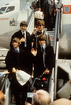 Ringo Starr, Paul McCartney, John Lennon and George Harrison, wave to fans greeting them at London Airport, on their return from a tour of Australia on July 1964 in London England. Foto Beatles, Beatles Love, Les Beatles, Beatles Photos, John Lennon Beatles, The Magical Mystery Tour, Paul Mccartney Beatles, Image American, American Idol