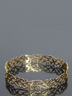 pretty vintage gold ring...so delicate