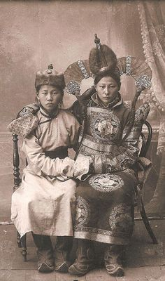 Vintage Mongolian Clothing – Old Photos of Khalkha Women in Their Traditional Costumes in the early 1900s