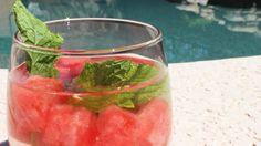 Anguria e menta detox. Questa bevanda è uno dei più popolari acqua disintossica là fuori! L'anguria è grande perché contiene un aminoacido che aiuta a migliorare la funzione del fegato per liberare il corpo di ammoniaca, (che è noto per danneggiare le cellule). La menta aiuta a migliorare digestioni e anche allevia i crampi allo stomaco