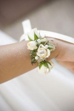Braccialetto di fiori per la sposa. Un dettaglio essenziale e prezioso al tempo stesso, che va abbinato, ovviamente al bouquet per un matrimonio con dettagli che contano!