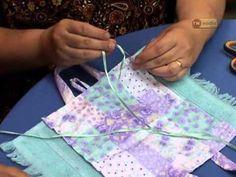 Artesanato: bolsa toalha. Nesta aula ensino como fazer uma bolsa toalha. Esta bolsa toalha serve para colocar materiais de higiene ou pote de lanche (marmita). Aproveite essa dica de artesanato e faça essas bolsas para vender.