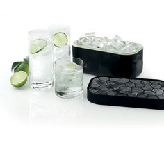 Lekue - Foremka i pudełko do lodu ICE BOX, czarne Pojemnik na lód marki Lekue może pomieścić aż 132 kostki lodu. Naczynie jest skonstruowane w taki sposób, aby jednocześnie przechowywać zamrożone kostki i mrozić kolejne.