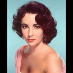 A Hollywood legend is gone, as Elizabeth Taylor has died. Here, a look back. Although Elizabeth Taylor first first appeared on screen at the age of nine, Elizabeth Taylor, 1950s Hair And Makeup, Hair Makeup, 1950s Makeup, Makeup Film, Vintage Makeup, Makeup Art, Eye Makeup, Vintage Haircuts