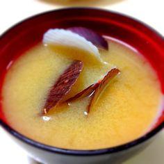 akiyoさんの、ホタテのみそ汁見てヤバー!と思って今日スーパー行ったら殻付きベビーホタテがあったから、みそ汁初体験してみたんですよ、そしたら、うまーーー‼️  アサリみたいに砂抜きとかないからラクですねぇ‼️   そしてアサリよりワイルドな香りが良い(^^) - 37件のもぐもぐ - ベビホタみそ汁W(`0`)W by specialistsweep