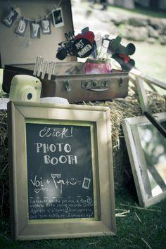 Photo booth in stile hiposter, una valigia di travestimenti e simpatici accessori! Immancabile la Polaroid.