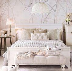 chambre blanche avec papier peint arbres et oiseau et table de chevet en bois