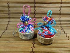 ペットボトルキャップの巾着 Japanese Fabric, Diy And Crafts, Artsy, Purses, Christmas Ornaments, Holiday Decor, Paper, Handmade, Life