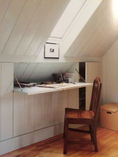 Beautiful Things A Desk with a View — EVA MOON PRESS - Schlafen – Verdeckter Schreibtisch in Dachschräge – Hidden desk and attic storage. Attic Bedroom Storage, Low Ceiling, Loft Conversion, Hidden Desk, Bedroom Loft, Attic Design, Home Office Design, Bedroom Design, Small Loft
