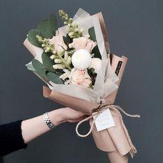 24 New Ideas Flowers Spring Bouquet Bloemen How To Wrap Flowers, My Flower, Fresh Flowers, Beautiful Flowers, Beautiful Bouquets, Pink Flowers, Paper Flowers, Red Tulips, Fall Flowers