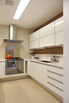 Cozinha branca por Patricia Fiúza Arquitetura (Foto: Denilson Machado / MCA Estúdio / Divulgação)