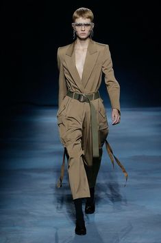 Givenchy Spring 2019 Ready-to-Wear Fashion Show Collection: See the complete Givenchy Spring 2019 Ready-to-Wear collection. Look 15 Givenchy, Women's Couture Fashion, Women's Fashion, Fashion Images, Fashion Trends, Fashion Bible, The White Company, High End Fashion, Fashion Show Collection