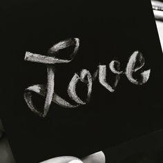 """Hand-Lettering """"Love"""" weiß auf schwarz"""