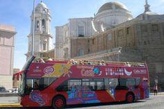 CITY SIGHTSEEING CÁDIZ te permite realizar un Tour panorámico por la ciudad de Cádiz en Bus de doble planta descubierto. Comienza cada día a las 10:00 h. Desde la parada principal en Plaza San Juan de Dios (Avda. Del Puerto, junto a la reja del muelle), y mantiene una frecuencia de salidas cada 20 min. Aprox.