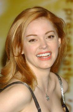 AVANT : le visage de Rose McGowan Fraîche et souriante, Rose McGowan cartonne dans les années 2000 avec son rôle de Paige Halliwell, dans la série Charmed.