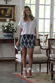look-da-noite-maxi-colar-de-cristal-shourouk-inspired-saia-bordada-paetê-tricolor-camiseta-branca-fashion-analoren-ecommerce-sandália-schutz-12