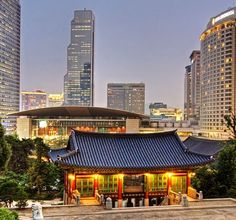 Tradition& Technology co-exist in Seoul, South Korea