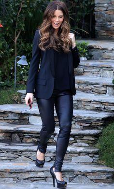 Pantalones de cuero negro con blazer algo oversize y top suelto en el mismo tono. También ayudan al éxito de su look los salones negros con plataforma y su peinado perfecto con ondas.