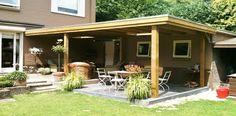 -15- Landelijke klassieke houten veranda terrasoverkapping bouwen aan huis met plat dak en lichtkoepel van lariks douglas of eikenhout. bouwpakket zelfbouw.