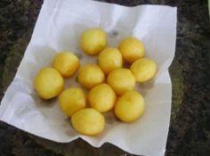 Receita de Bolinho de Batata com Queijo (melhor do que batata-frita) - 1/2 kg de batatas (descascadas), 2 colheres de sopa de queijo ralado bem cheias, 1 colher de sopa de amido de milho, 1 ovo, sal a gosto