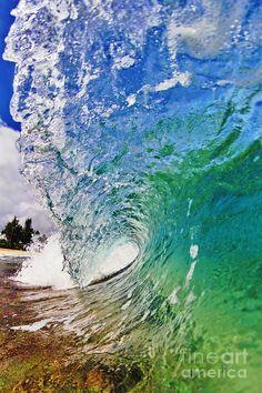 ✮ A wave breaks near the shore in Hawaii