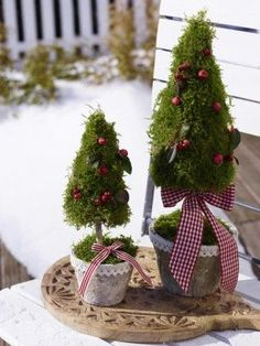 Cute Christmas decoration for the garden. More ideas … - Christmas Crafts Diy Country Christmas, Outdoor Christmas, Winter Christmas, Christmas Home, Christmas Crafts, Christmas Topiary, Outside Christmas Decorations, Christmas Wreaths, Christmas Ornaments