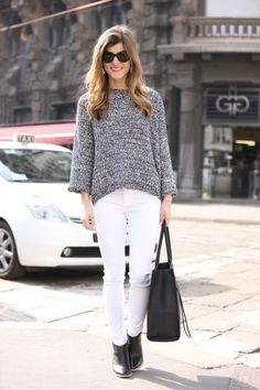 Pantalones blancos también en otoño. Grey knitwear sweater+white jeans+black boots+black tote bag. Fall Transitional Outfit 2016