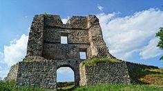 Pustý hrad nad Zvolenom je zrúcaninou, ktorá patrí medzi unikátne historické pamiatky. Rozlohou je najväčším hradom na Slovensku (7,5ha). Tvoria ho dve časti Horný a Dolný hrad. Hradný komplex sa nachádza na vrchu nad sútokom riek Hron a Slatina, hneď pod mestom Zvolen. Tower Bridge, Building, Travel, Viajes, Buildings, Destinations, Traveling, Trips, Construction