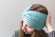 Katso helpot hiuspannan neuleohjeet. Neulottu panta sopii vaikka lahjaksi, tai ihan vain lahjaksi itselle! Knitted Hats, Diy And Crafts, Knitting, Crochet, Cute, Easy, Fashion, Moda, Tricot