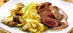 Doe de porto en het kruidentuiltje in een schotel. Leg er de steaks in, wentel ze goed in de marinade, dek af en zet minstens 1 uur in de koelkast.      Neem het vlees 30 min. op voorhand uit de koelkast. Laat de steaks uitlekken, dep ze droog en zet opzij.      Borstel de oesterzwammen lichtjes schoon, snij de grootste in stukken en bak ze in een grote braadpan met 2 eetlepels olie op vrij hoog vuur tot hun vrijgekomen vocht verdampt is.      Verwarm ondertussen de kaas, de room en 10 ...