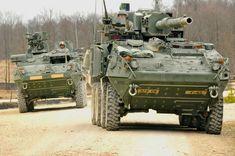 M1128 MGS armato con una pistola 105 millimetri accompagna un M1126 fanteria Carrier Vehicle (ICV).