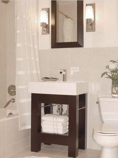 Un pequeño cuarto de baño elegante. Mueble de madera, piezas blancas