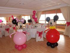Minnie y Mickey Mouse, el clásico de los clásicos; es una temática que a todos los niños les encanta, y si la fiesta es para hermanitos, será el tema perfecto. Ladecoración puede estar basada en colores lisos (blanco, negro, rojo o rosa), lunares, muchas formas de orejas de ratón redondeadas, globos e imágenes de Mickey …