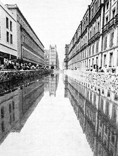 En un intento fallido, hacia 1981 se intentó hacer replica de la Acequia Real sobre la calle de Corregidora. Sin duda luciría hermosa la ciudad de México con un cauce fluvial por sus calles.