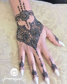 """""""So I came up with this design on the spot and I am really really into it. ❤️#henna #mehndi #heena #henne #mehandi #hennaart #naturalhenna #hennaartist…"""""""