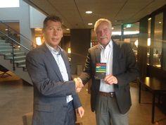 Auteur Hans Faas neemt zijn boek 'Verkopen met mensenkennis' officieel in ontvangst. #hansfaas #verkopenmetmensenkennis #futurouitgevers