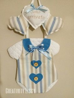FIOCCO NASCITA  modello BODY Baby Shower Crafts, Baby On The Way, Cross Stitch, Baby Boy, Mobiles, Baby Shower Favours, Baby Sewing, Door Hangings, Creative Gifts