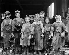 """En la antigüedad nadie pensaba en ofrecer protección especial a los niños. En la Edad Media, los niños solo eran considerados """"adultos pequeños"""". #derechos #niños #historia"""