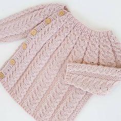 Den vakreste av de alle, snoningstrøje♡♡ #snoningstrøje #strikk #strikking #strikket #strikke #strikkedilla #knitinspo123 #knitting_inspiration #knit #knitting #knitted #knittersofinstagram #knitstagram #knitinspiration #strik #sticka #handmade #barnestrikk #jentestrikk #ministil #instaknit #norskbarnemote #sandnesgarn #merinoull #knitforkids #ullergull