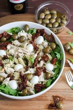 Pasta salad with chicken, sundried tomato and olives - Cold pasta salad with chicken, sun-dried tomato and olives – a delicious meal salad from the Food - Easy Pasta Recipes, Pasta Salad Recipes, Healthy Salad Recipes, Tortellini, Pasta Fagioli Recipe, Cold Pasta, Healthy Snacks For Adults, Healthy Pastas, Pasta Dishes